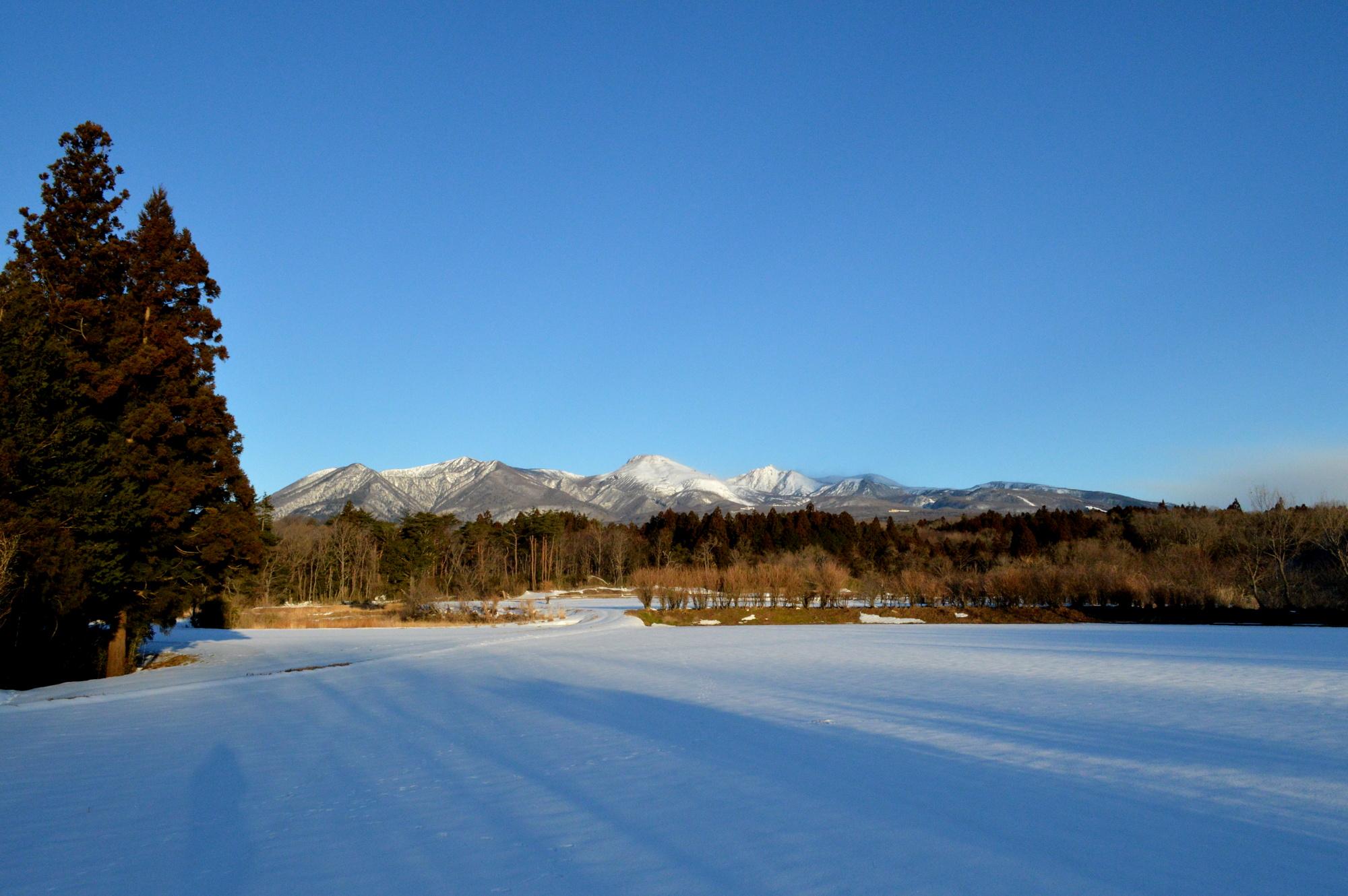 那須高原から雪景色の那須連山を望む
