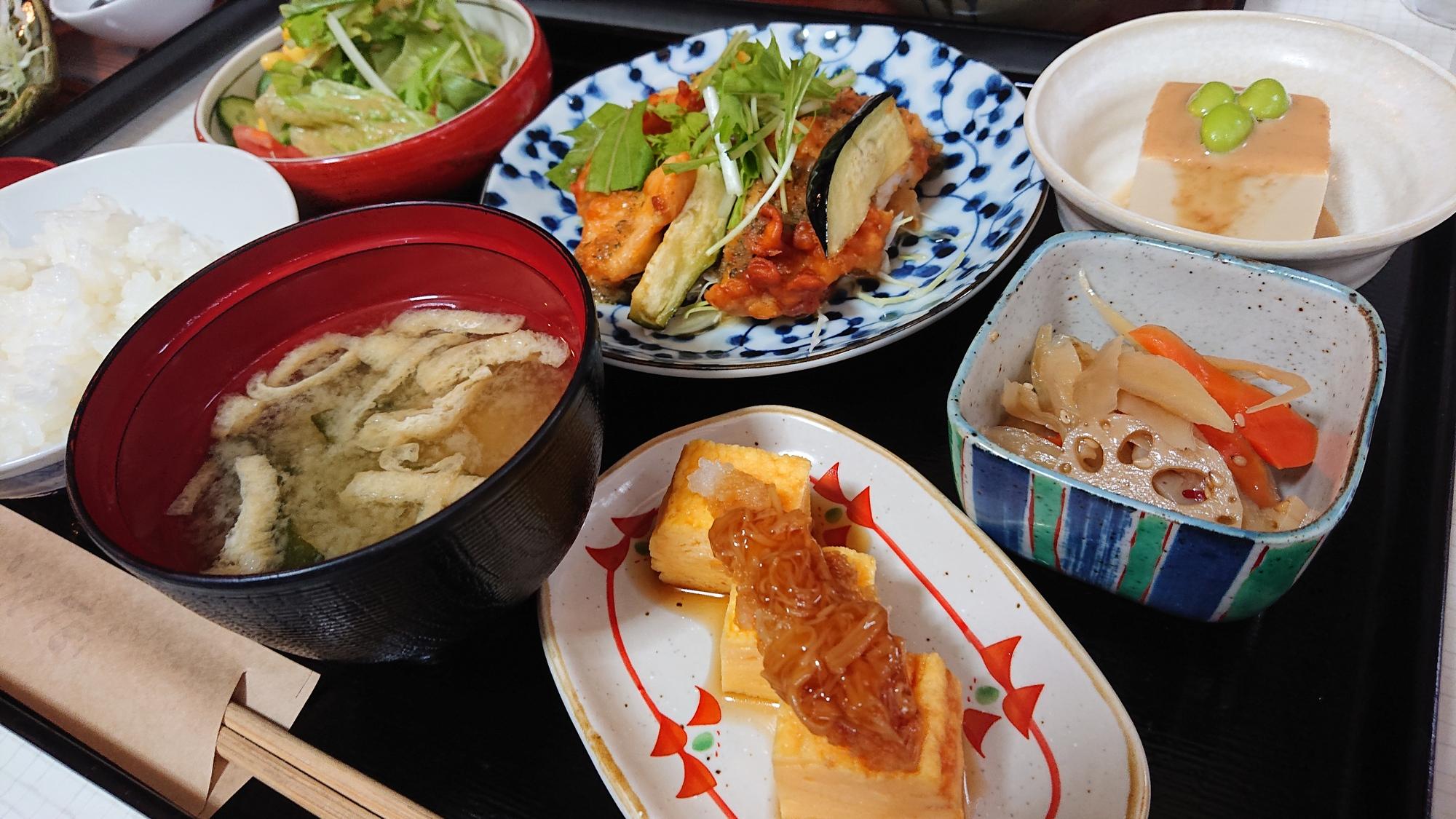 仁亭のメニューは2つのメイン料理を選びます