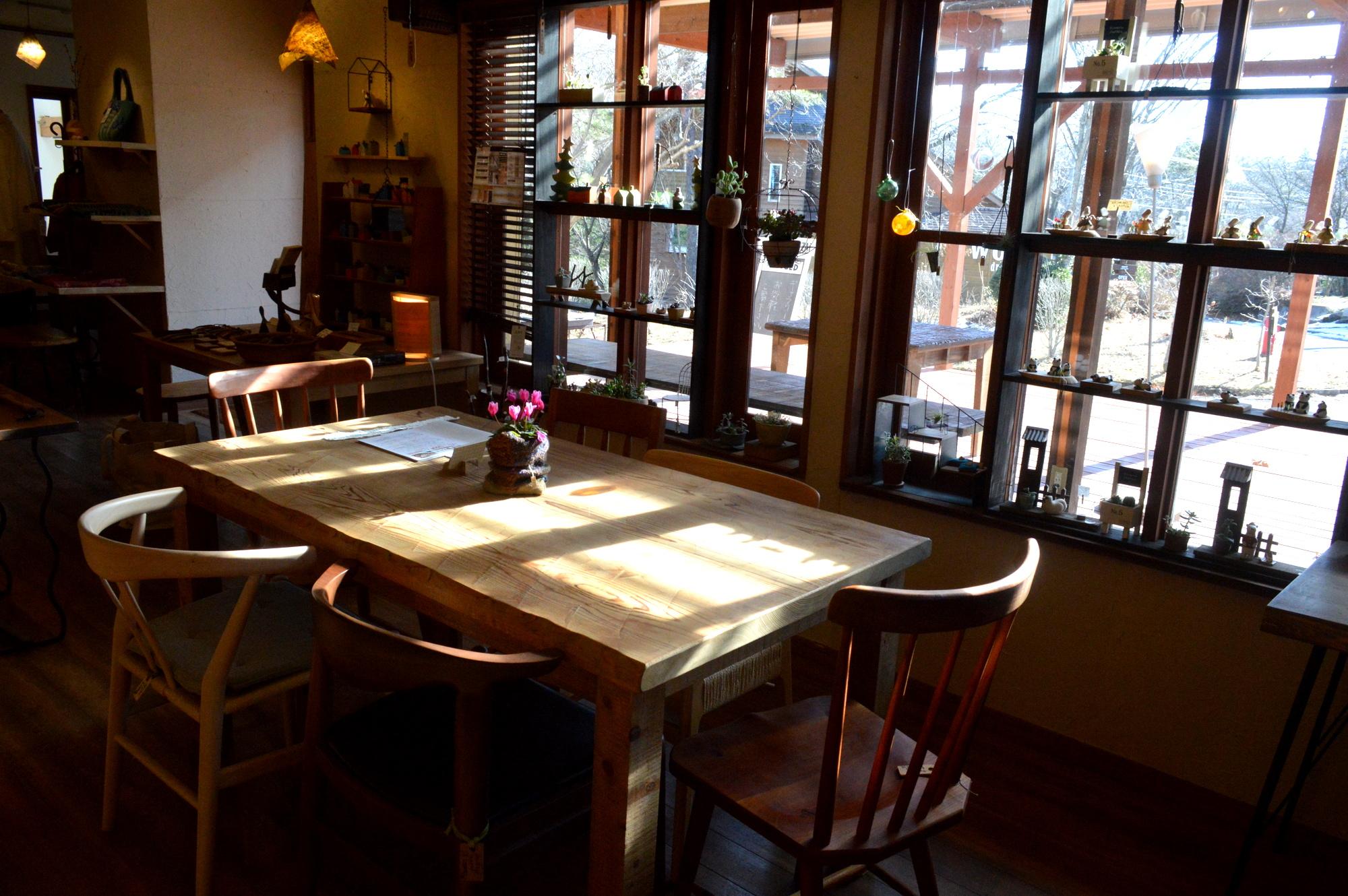 那須高原じざい工房の八溝杉使用のダイニングテーブル