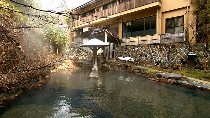 那須大丸温泉の川を堰き止めた露天風呂白樺の湯