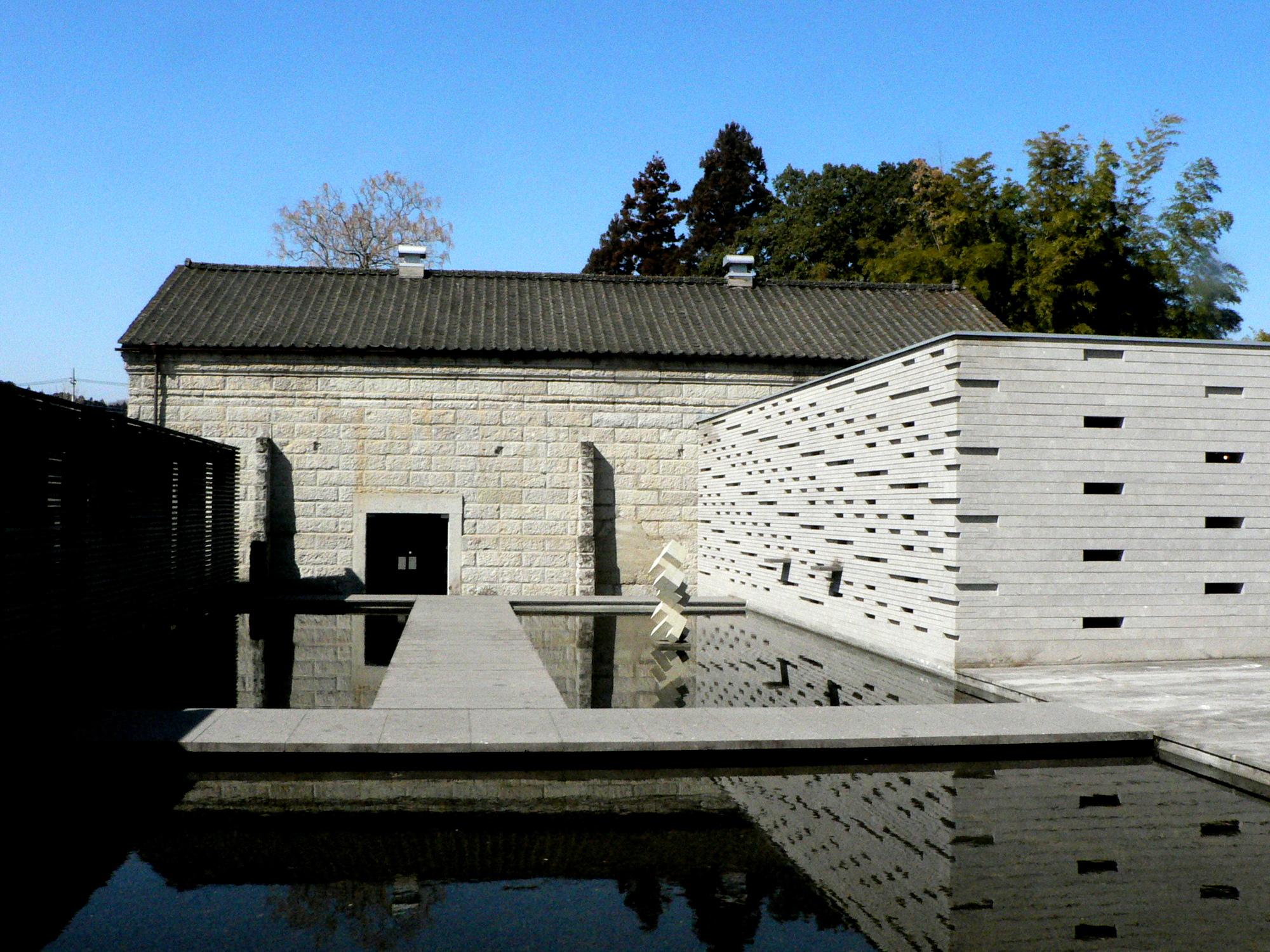 那須芦野石のストーンプラザは水を張った池を石橋がつなぐ