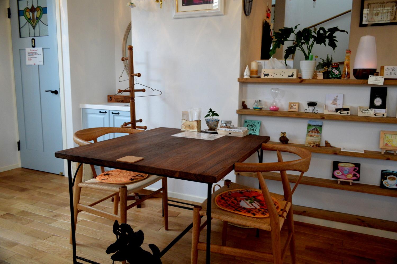 那須高原のcafeサンクロワの店内iにはじざい工房」のイス・テーブルが