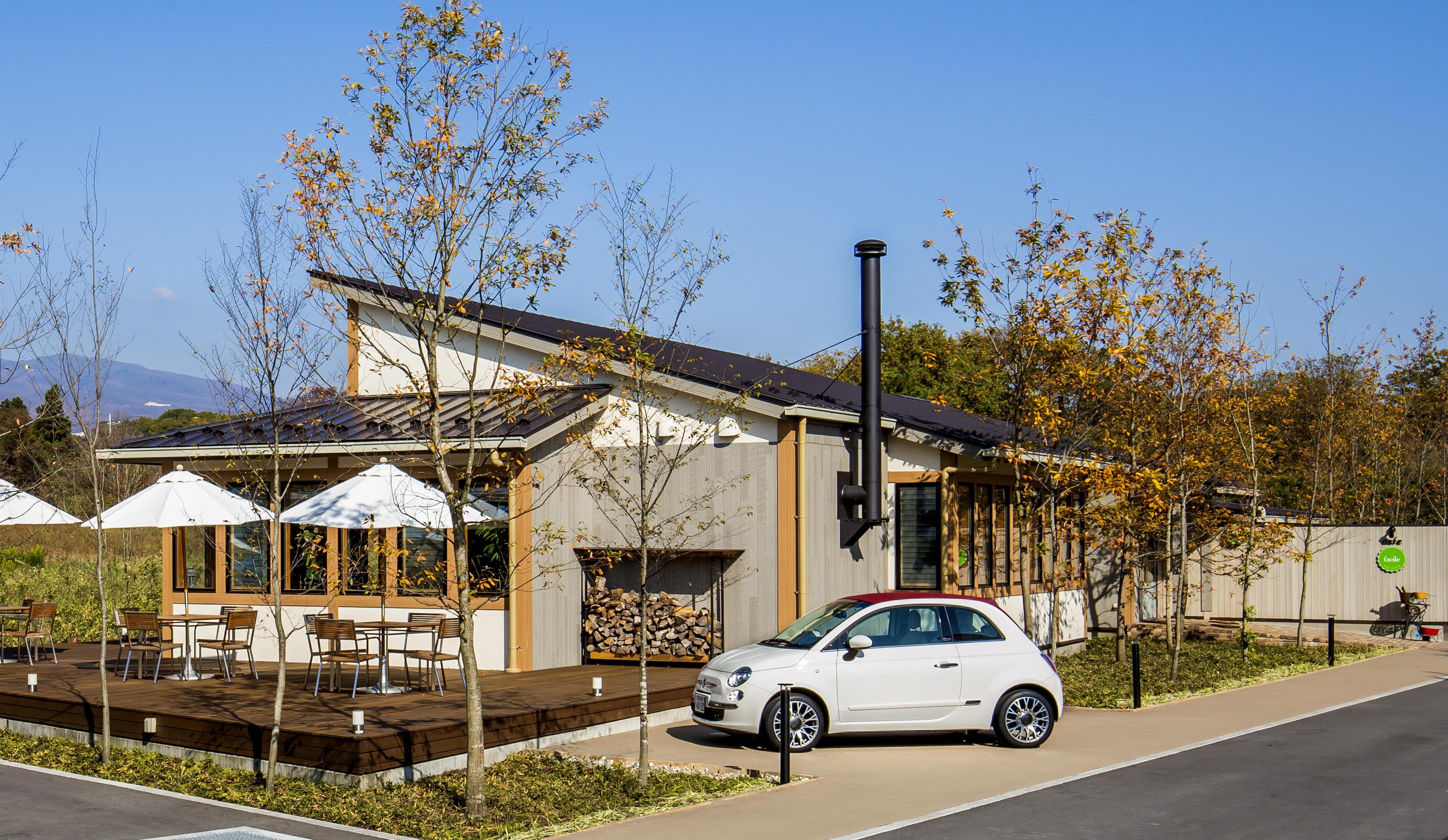 cafeファシルは那須街道沿いで目立つ場所にあります