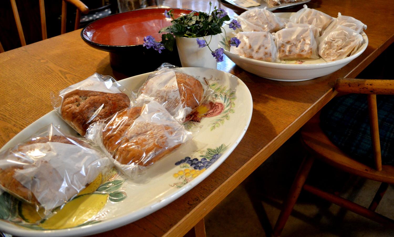那須高原のパン屋クローチェのダイニングテーブルに置かれたパン