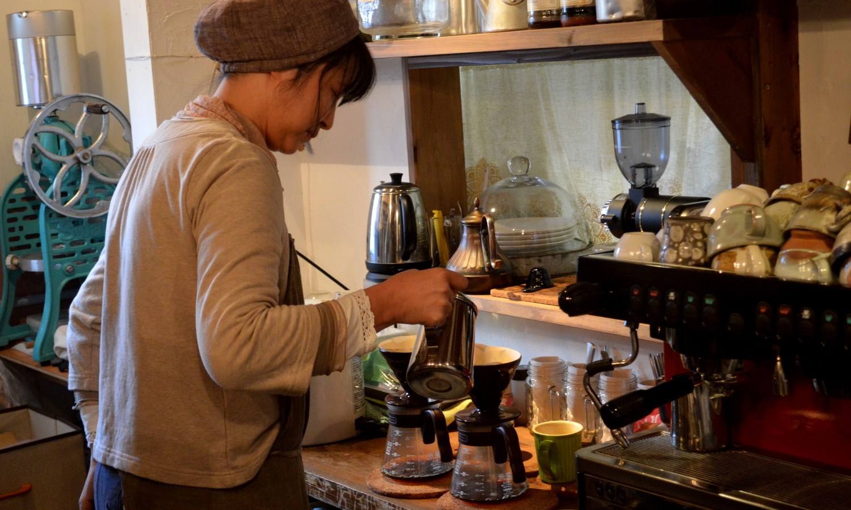 那須町黒田原の自家焙煎ディトンツのオーナー夫人のドリップ