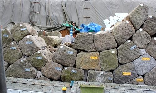 白河市小峰城の石垣の石材を積み上げる