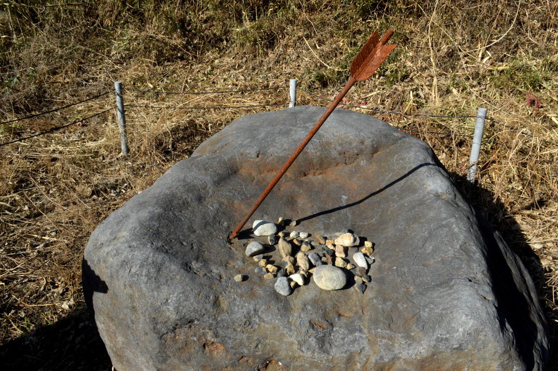 源義経伝説の弁慶の矢の根石