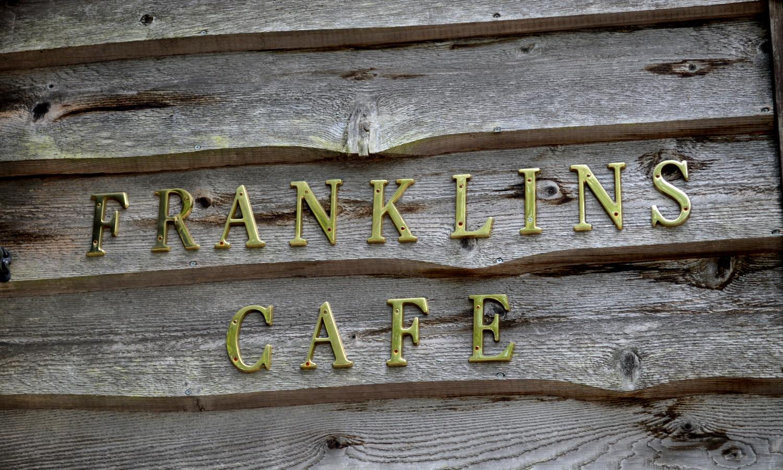 那須フランクリンズカフェのセンスが光る店名サイン