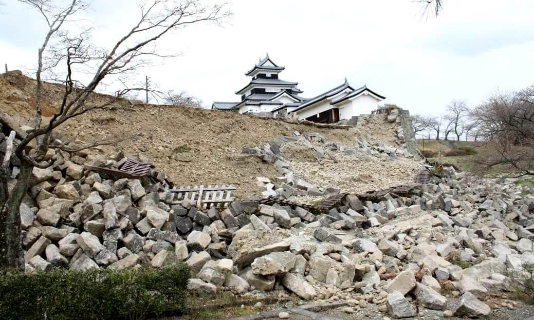 白河市小峰城の2011年東北大震災時の石垣崩落現場