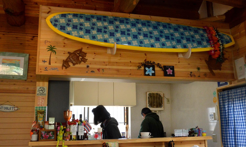 那須高原ハワイアンのラナイカフェに飾られたオーナー自慢のサーフボード