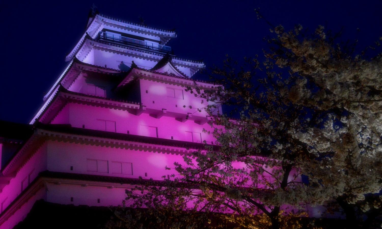 会津若松鶴ヶ城の夜の幻想的なライトアップ