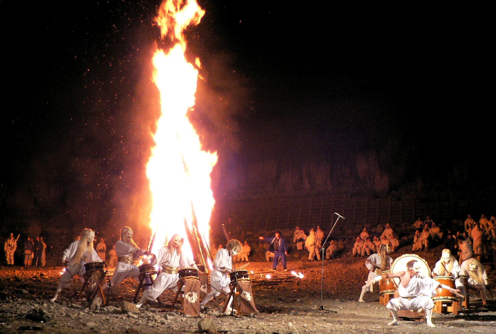 那須殺生石御神火祭の大松明の前で白面金毛九尾狐太鼓が始まる