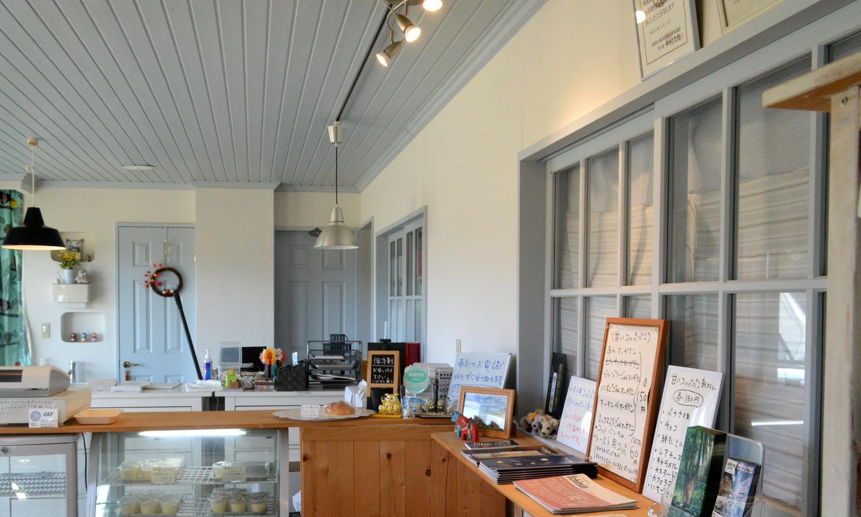 那須高原はりねずみ堂の淡いブルーを基調とした店内