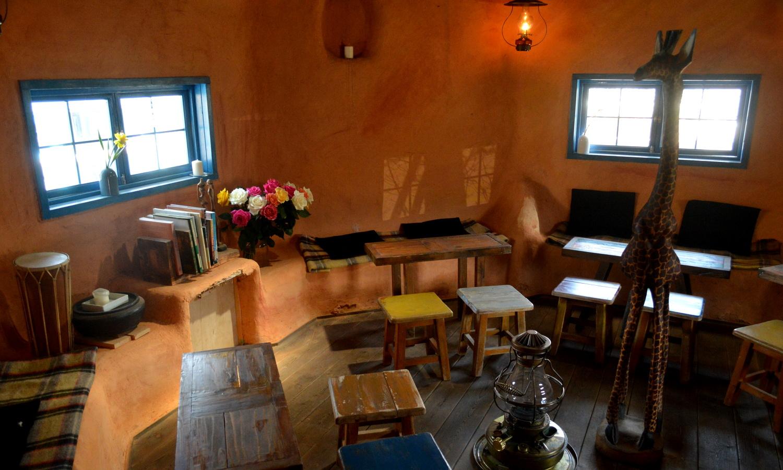非電化カフェのイステーブルも全てスタッフの手造り