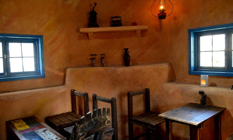 非電化カフェのストローベイルハウスが解る窓辺
