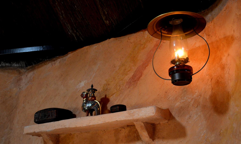 非電化カフェの店内照明の灯油ランプ