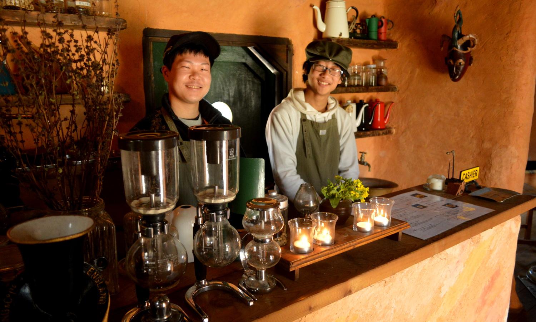 非電化カフェのスタッフ