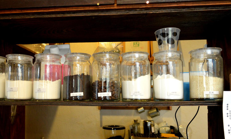お米のパン屋さんの米粉とお米の見える化陳列
