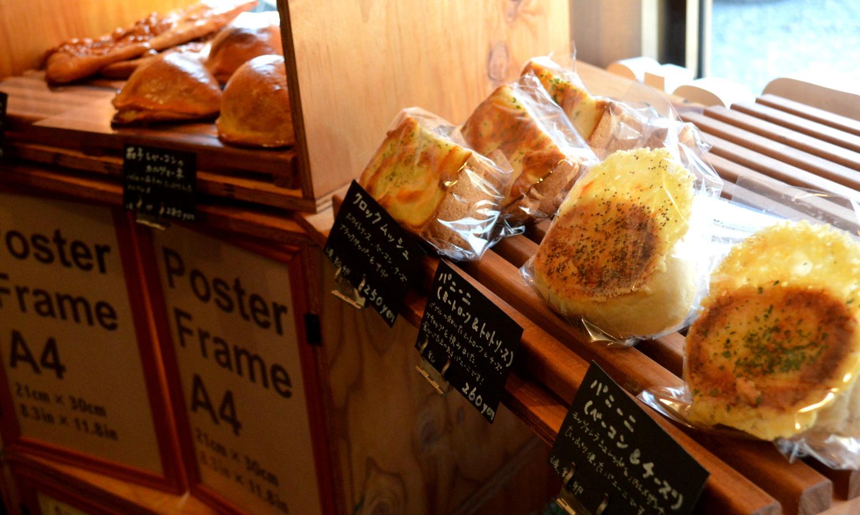 お米のパン屋さんの美味しそうなパンが並ぶ