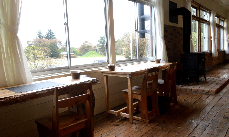 那須塩原北風と太陽のカフェの窓辺からは校庭が見える