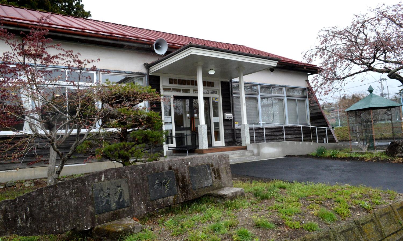 閉校となった那須塩原市旧戸田小学校の玄関