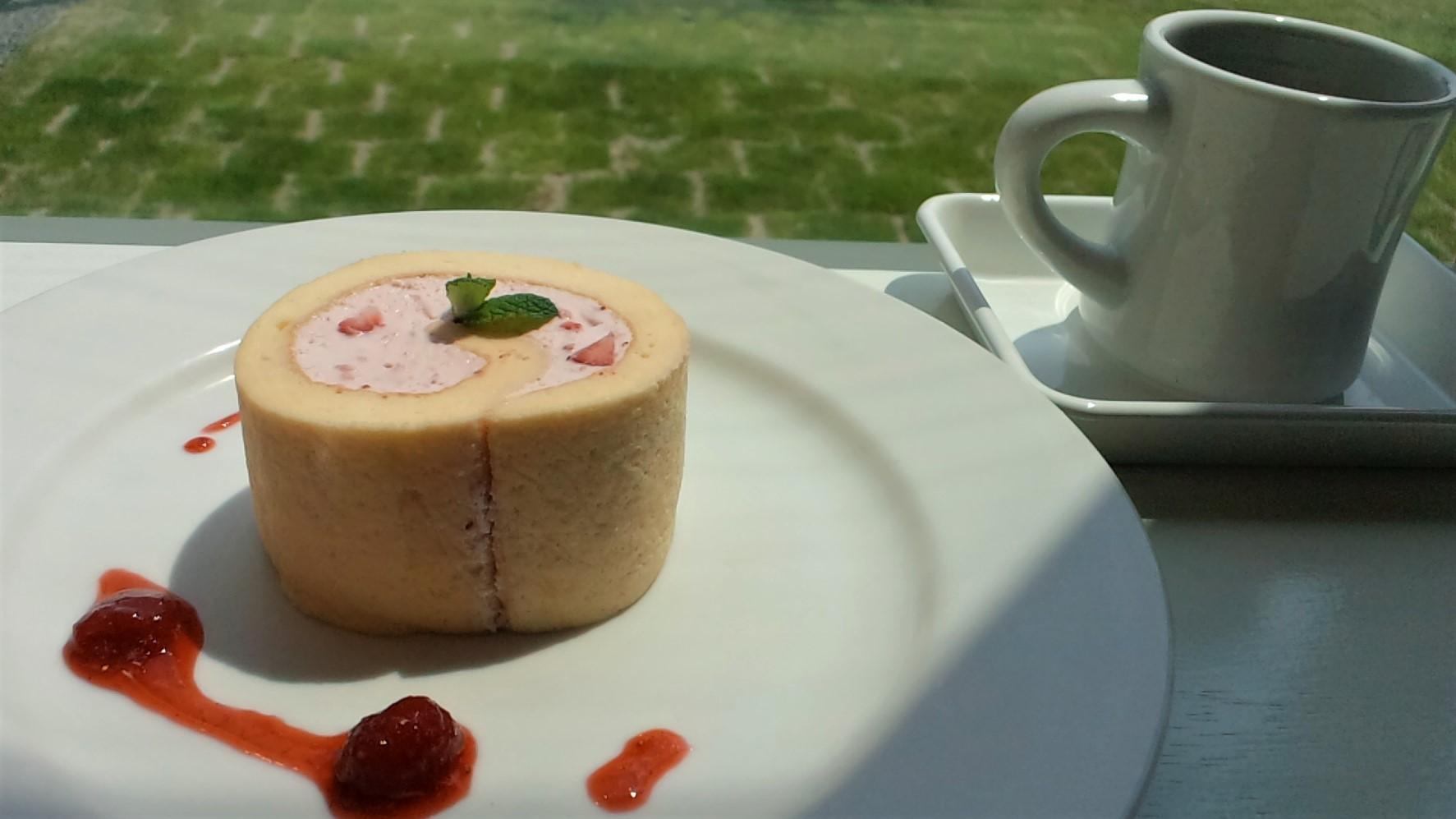 ヒカリノカフェ蜂須小珈琲店のロールケーキとスペシャルティーコーヒー
