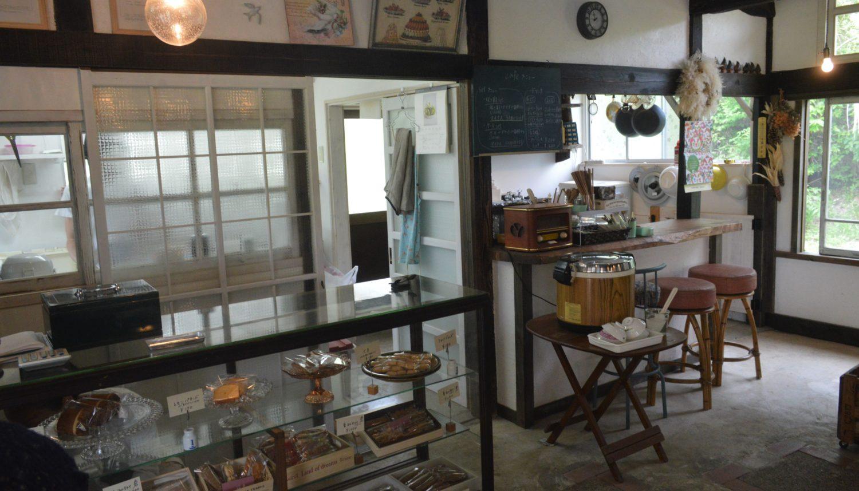 焼き菓子店の蕾のキッチンとショーケース