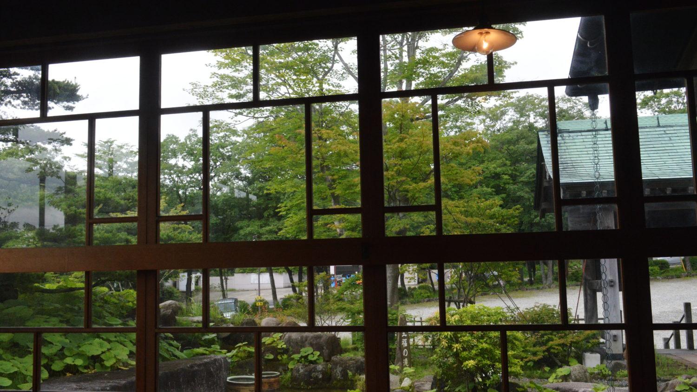 那須町瑞穂蔵の店内から庭を臨む
