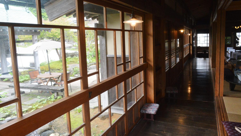 那須町瑞穂蔵の客席につながる長い廊下