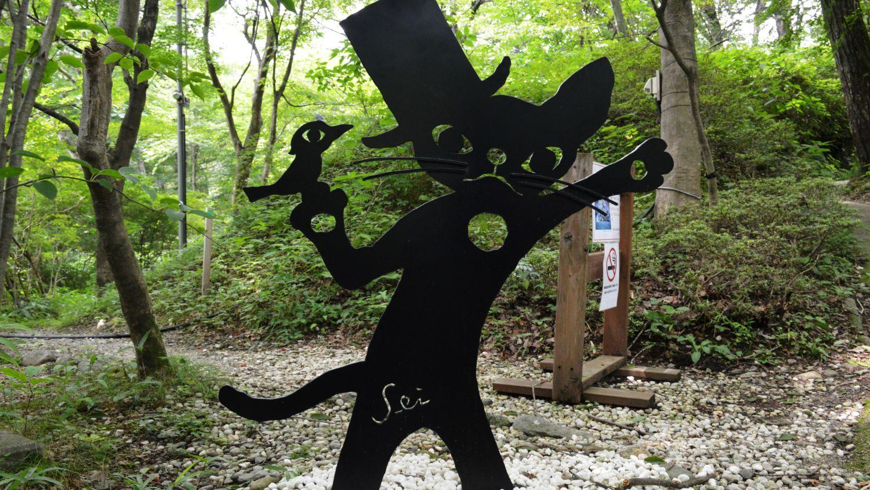 藤城清治美術館の庭で出迎えてくれる影絵